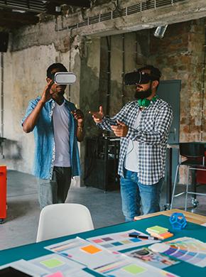 Männer mit VR-Brillen