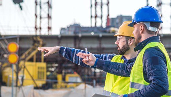 Bauarbeiter beim Besprechen