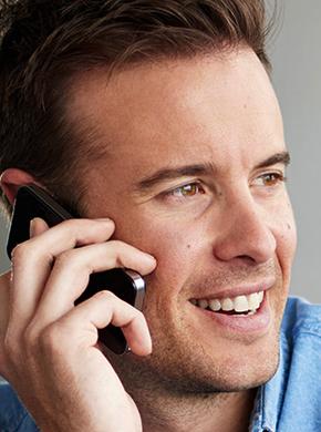 Mann beim Telefonieren