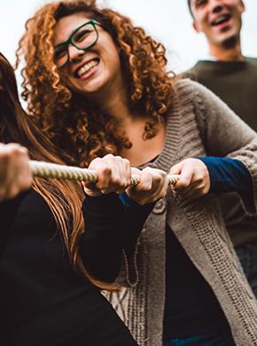 Frau beim Seilziehen