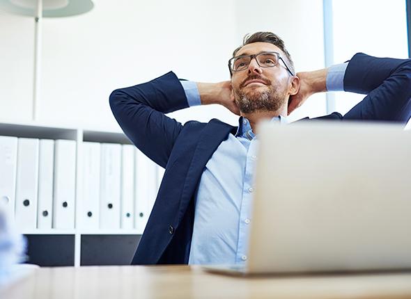 entspannter büroarbeiter