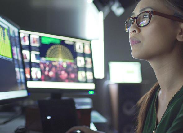 Frau vor Computer im Office