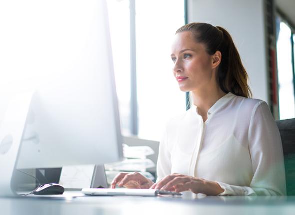 Frau am Computer im Office