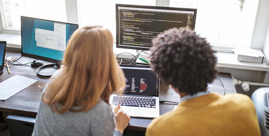 Zusammenarbeit im Office vor dem Computer