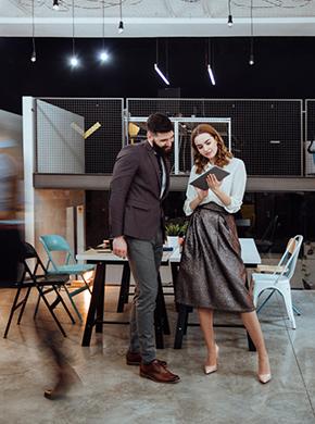 Mann und Frau im Büro