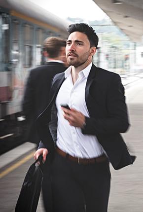 Mann rennt zum Zug