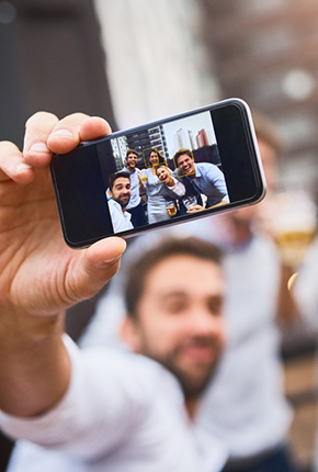 Eine Gruppe macht ein Selfie