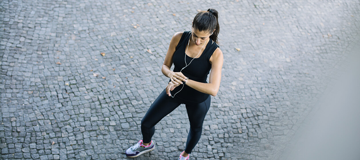 Frau mit Fitnessgadgets