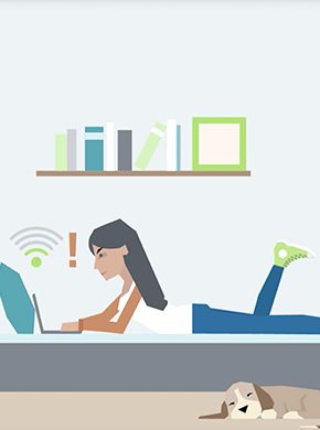 Frau am Bett mit Laptop