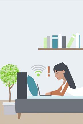 Frau im Bett mit Laptop