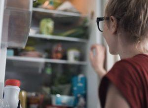 Frau mit Kühlschrank