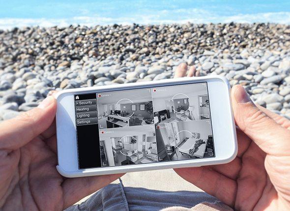 Handy mit Bild auf Überwachung