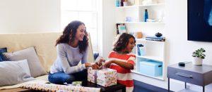 Frau und Kind packen Geschenk aus