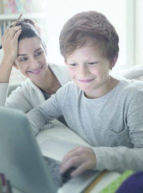 Mutter mit Kind am Laptop