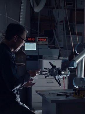 Mann mit Roboterhand