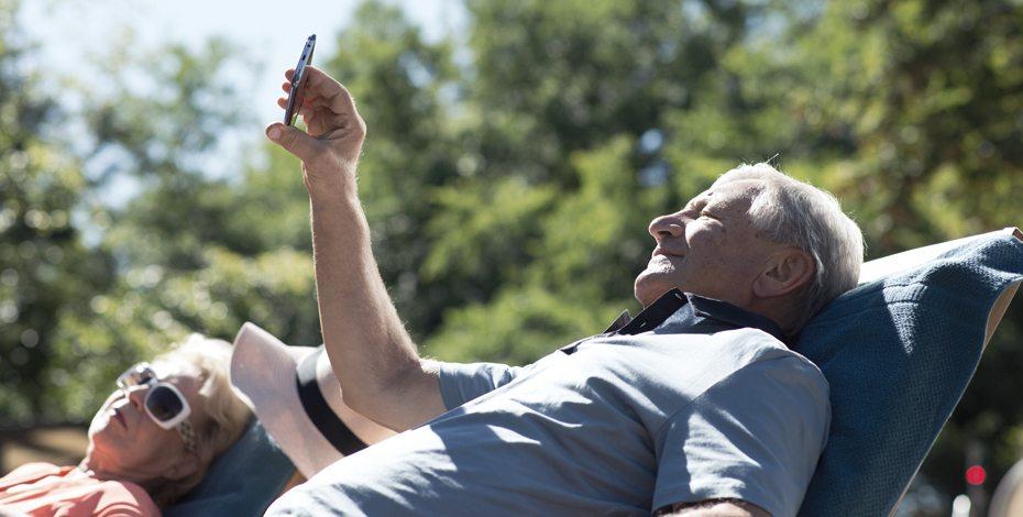Opa mit Handy
