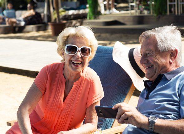 Oma und Opa mit Handy