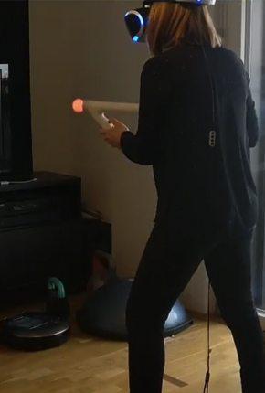 Frau beim Videospielen