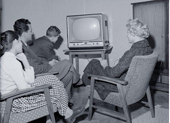 familie vor fernseher