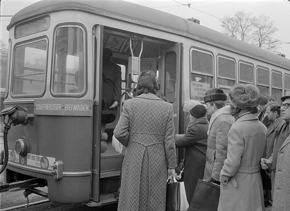 Leute steigen in Straßenbahn ein