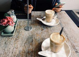 Zwei Personen trinken Kaffee